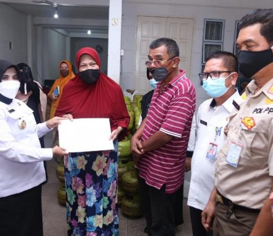 Walikota Tanjungpinang Rahma menyerahkan kartu pelanggan