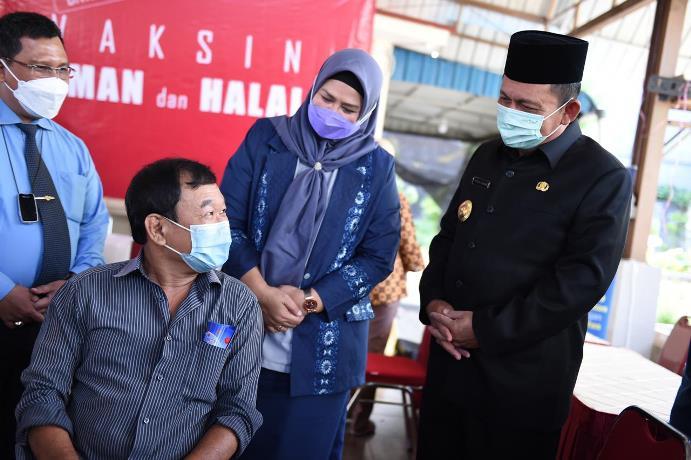 Gubernur Kepri Ansar Ahmad melihat vaksinasi lansia