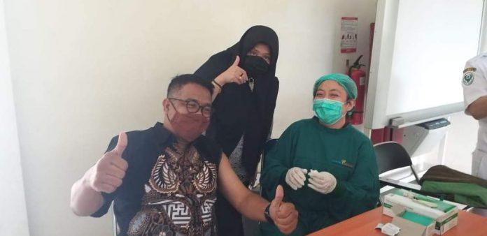Kepala Dinas Kebudayaan dan Pariwisata (Disbudpar) Batam, Ardiwinata divaksin Covid-19 di RSUD Embung Fatimah, Kamis (4/3/2021).