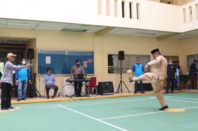 Sekretaris Daerah (Sekda) Batam, Jefridin Hamid, sekaligus Ketua Persatuan Sepak Takraw Indonesia (PSTI) Batam hadir dalam eksibisi sepak takraw di lapangan Dispora Batam, Jumat (5/3/2021).