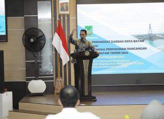 Wakil Walikota Batam Amsakar Achmad membuka secara resmi Forum Perangkat Daerah Kota Batam dalam rangka penyusunan Renja Tahun 2022, Selasa (9/3/2021) pagi.