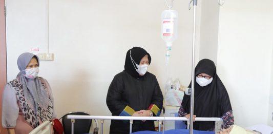 Wakil Gubernur Marlin Agustina menjenguk pasien di RSUD Embung Fatimah Batam, Selasa (16/3/2021).