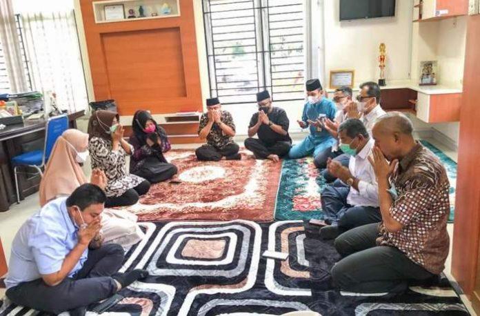 Doa bersama sebagai rasa syukur Pejabat Pemko Batam menjalankan suntikan dosis kedua vaksin Covid-19 di RSUD Embung Fatimah Kota Batam, Kamis (18/3/2021).