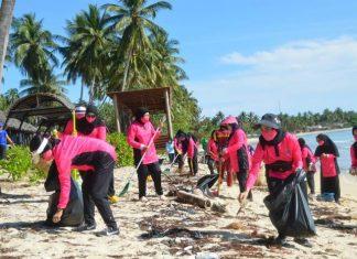 Ketua Bhayangkari Daerah Kepri Sinche Aris Budiman beserta pengurus dan Persit Kabupaten Natuna membersihkan Pantai Tanjung Natuna, Rabu (31/3/2021).