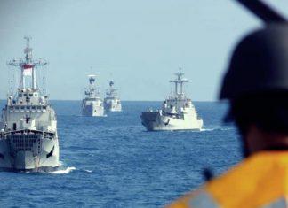 Formasi tabir unsur-unsur KRI untuk melindungi badan utama dalam latihan operasi Amfibi di Laut Natuna, Minggu 11 April 2021.