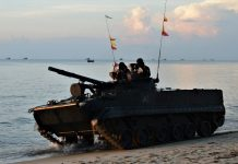 Pasukan Pendarat Korps Marinir TNI Angkatan Laut yang tergabung dalam Operasi Amfibi mendarat di perairan Dabo Singkep, Kabupaten Lingga, Provinsi Kepulauan Riau, Sabtu (10/4/2021).