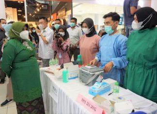 Anggota Badan Musyawarah Perbankan Daerah dan Asosiasi Pariwisata Nasional Indonesia Provinsi Kepri menerima vaksinasi AstraZeneca di TCC Mall Tanjungpinang, Jumat (2/4/2021).