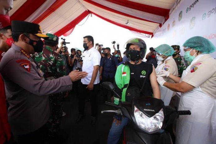 Panglima TNI Marsekal Hadi Tjahjanto dan Kapolri Jenderal Polisi Listyo Sigit Prabowo meninjau pelaksanaan vaksinasi Covid-19 dengan layanan tanpa turun (lantatur) atau drive thru di Medan, Sumatera Utara, Rabu (7/4/2021).