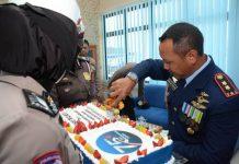 Komandan Lanud (Danlanud) Hang Nadim Letkol Pnb Iwan Setiawan memotong kue ulang tahun pada peringatan ke-75 Hari TNI Angkatan Udara (AU), Jumat (9/4/2021).