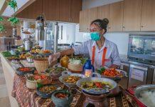 Sajian buka puasa di Harris Resort Batam dengan beragam menu makanan.