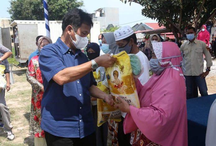 Program sembako murah di Kecamatan Nongsa, Kota Batam, Minggu (11/4/2021).