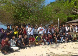 Siswa Jurusan Pengelasan SMKN 6 Batam foto bersama kepala sekolah dan majelis guru dalam kegiatan Family Gathering di Pantai Turi Beach Hotel, Nongsa, Minggu (11/4/2021). Saat ini SMKN 6 Batam sedang menerapkan SMK Pusat Keunggulan.