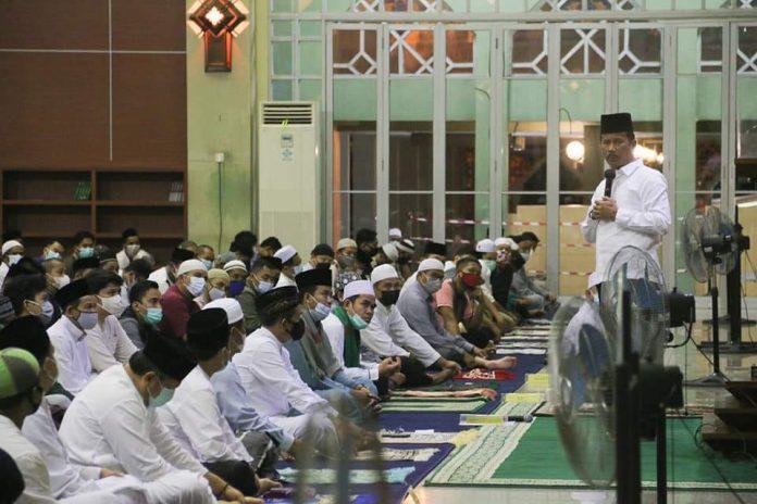 Wali Kota Batam, Muhammad Rudi, melaksanakan salat tarawih berjemaah di Masjid Agung Batam, Senin (12/4/2021)