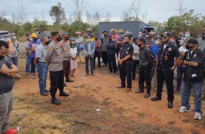 Suasana di Kampung Lome saat terjadi perselisihan antara petani dan pihak perusahaan.