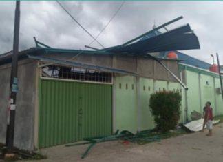 Angin puting beliung merusak atap rumah warga di Tanjung Riau.