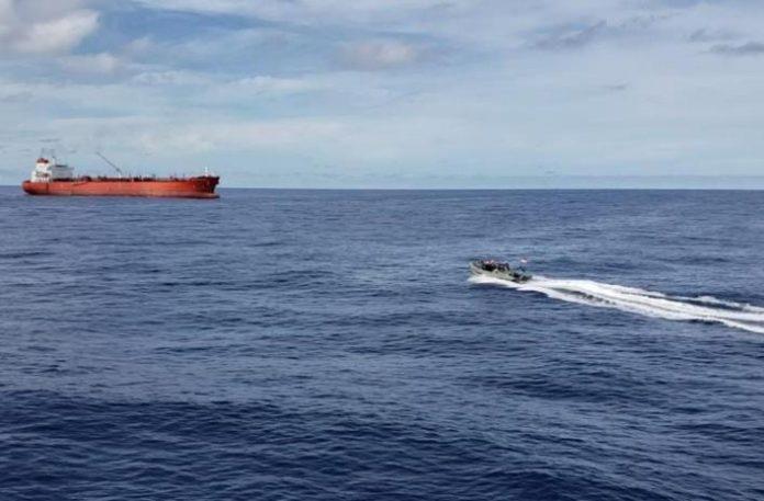 Unsur TNI AL, KRI John Lie-358 melaksanakan SAR terhadap seorang anak buah kapal (ABK) MT. St Katherinen yang jatuh ke laut, Man Over Board (MOB) di laut Natuna Utara, Jumat (7/5/2021) dini hari.