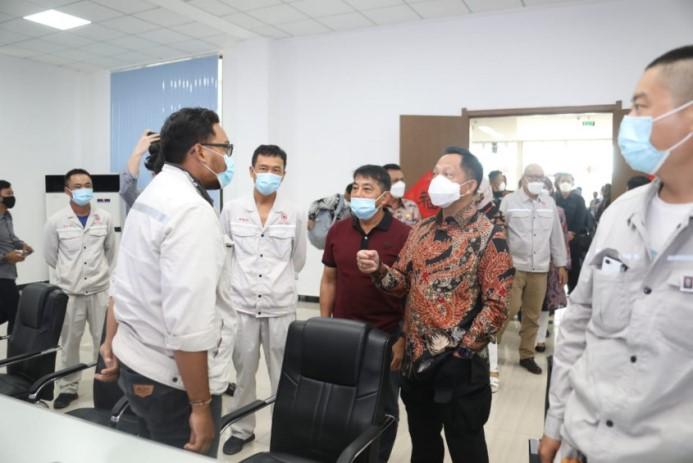 Mendagri Muhammad Tito Karnavian meninjau Kawasan Ekonomi Khusus (KEK) Galang Batang yang dikelola PT Bintan Alumina Indonesia (BAI), di Kabupaten Bintan, Minggu (9/5/2021).