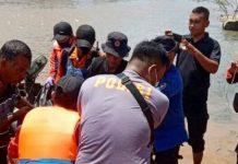 Petugas SAR gabungan mengevakuasi korban hanyut di sungai saat mudik dari Riau menuju Sumatera Barat di Sungai Batang Kapur.