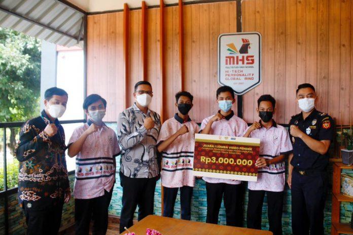 Bea Cukai Batam menyerahkan hadiah kepada SMK MHS sebagai pemenang perlombaan Olimpiade Pemberantasan Penyelundupan Pesisir Timur Sumatera (OP3TS).