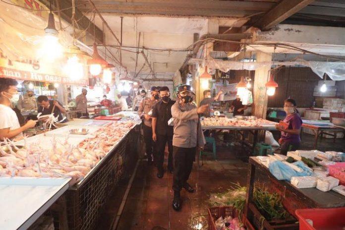 Kapolda Kepri Irjen Pol Aris Budiman memimpin langsung situasi kamtibmas dan pembagian masker kepada pengunjung Pasar Botania 1, Senin (3/5/2021).