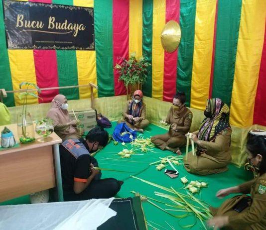 Menganyam ketupat menjadi salah satu tradisi yang dilaksanakan Dinas Kebudayaan dan Pariwisata (Disbudpar) Kota Batam setiap menjelang Hari Raya Idul Fitri dan Idul Adha.