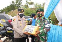 Kapolresta Barelang Kombes Pol Yos Guntur memberikan tali asih kepada personel yang bertugas di Pos Pengamanan Barelang, Jumat (14/5/2021).