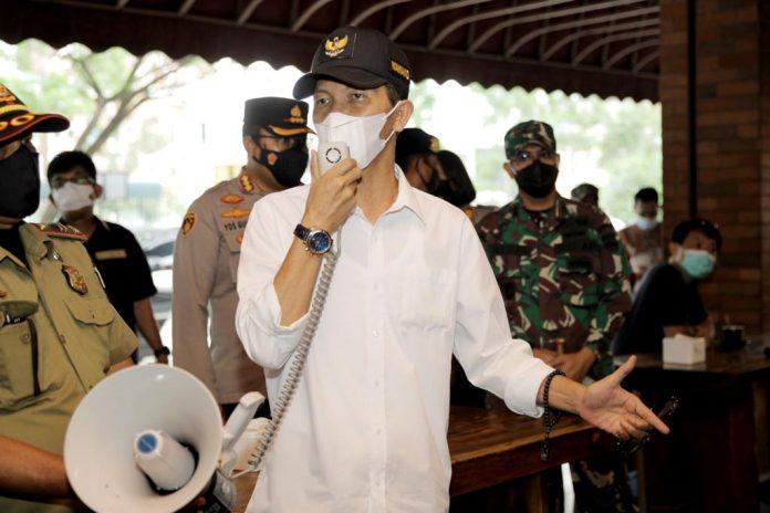 Wakil Wali Kota Batam, Amsakar Achmad, saat meninjau salah satu tempat makan dan ngopi di Batam, Jumat (22/5/2021).