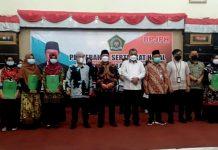 Penyerahan sertifikat halal kepada 24 UMKM di Karimun.