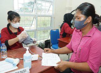 Pelaksanaan vaksinasi kepada masyarakat di salah satu sentra vaksinasi di Kota Tanjungpinang, Kamis (24/6/2021).