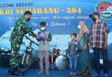Wakil Kepala Staf Angkatan Laut (Wakasal) Laksamana Madya TNI Ahmadi Heri Purwono memberikan Ridho tabungan, bingkisan, dan sepeda.