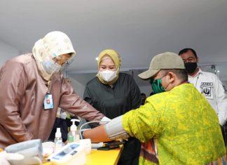 Wakil Gubernur Kepri, Marlin Agustina Rudi meninjau langsung pelaksanaan vaksinasi terhadap 630 pelaku UMKM Kota Batam, Senin (7/6/2021).