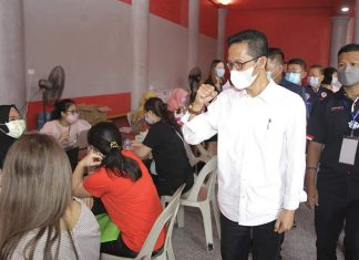 Wakil Wali Kota Batam Amsakar Achmad meninjau vaksinasi masyarakat Perkumpulan Teochew Batam, Rabu (9/6/2021).