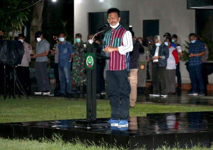 Wali Kota Batam, Muhammad Rudi menyemangati petugas gabungan penegakan disiplin prokes saat apel gabungan di Makodim 0316/Batam, Kamis (10/6/2021) malam.