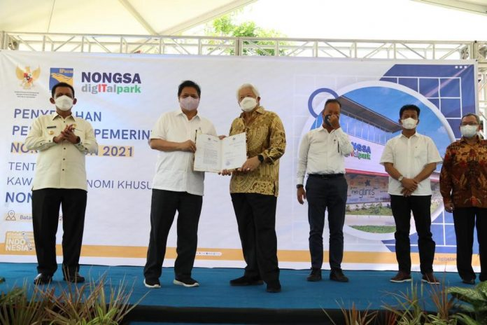 Menko Bidang Perekonomian, Airlangga Hartarto, menyerahkan dua PP tentang KEK yang berlokasi di Batam yang telah ditandatangani oleh Presiden Joko Widodo pada 8 Juni 2021 lalu.