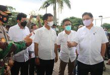 Menteri Koordinator bidang Perekonomian, Airlangga Hartarto, bersama Wali Kota Batam, Muhammad Rudi, meninjau vaksinasi di Kota Batam, Sabtu (12/6/2021).