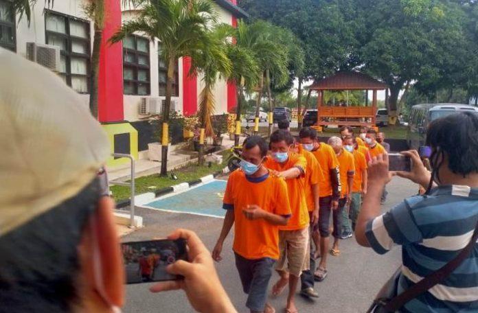 Satreskrim Polresta Barelang mengamankan 10 juru parkir (juru parkir) yang memungut tarif parkir di atas jam 22.00 WIB.