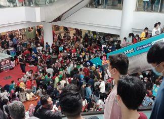 Vaksinasi berkerumun di Mega Mall. (FOTO : Istimewa)