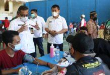 Sekretaris Daerah (Sekda) Kota Batam, Jefridin Hamid, meninjau vaksinasi Covid-19 di Kelurahan Tanjungbuntung, Bengkong, Rabu (23/6/2021).