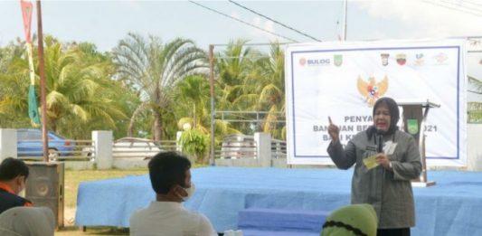 Wakil Gubernur Kepri, Marlin Agustina, mengajak masyarakat disiplin protokol kesehatan saat acara penyerahan beras bantuan di Kecamatan Galang, Senin (26/7/2021).