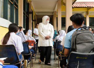 Wakil Gubernur Kepri Marlin Agustina meninjau vaksinasi pelajar SMP di Batam, Selasa (6/7/2021).