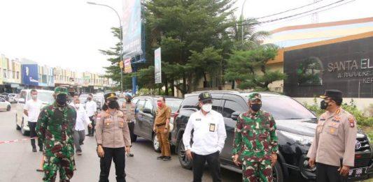 Kapolresta Barelang Kombes Pol Yos Guntur meninjau penyekatan Pemberlakuan Pembatasan Kegiatan Masyarakat (PPKM) hari kedua di beberapa titik di Kota Batam, Selasa (13/7/2021).