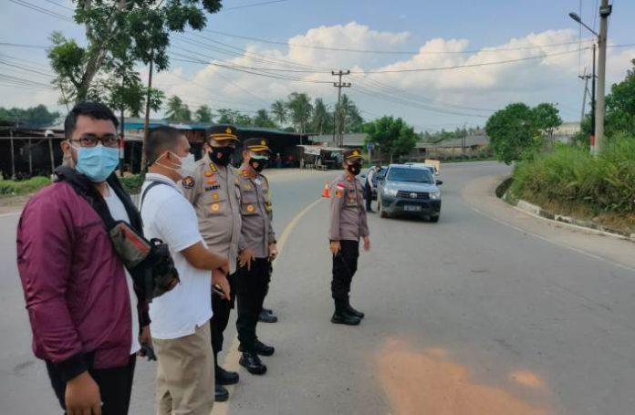 Kabid Humas Polda Kepri Kombes Pol Harry Goldenhardt meninjau dan memantau pelaksanaan PPKM Darurat di wilayah Tanjungpinang, Sabtu (17/7/2021).