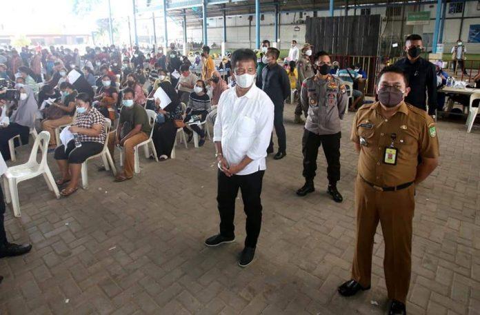 Wakil Wali Kota Batam, Muhammad Rudi, meninjau vaksinasi di SP Plaza, Senin (26/7/2021).