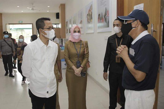 Wakil Wali Kota Batam, Amsakar Achmad, meninjau vaksinasi dosis kedua di sejumlah lokasi, Selasa (27/7/2021).