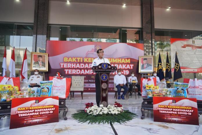 Kemenkumham membantu masyarakat dengan menyalurkan lebih dari 46 ribu paket secara nasional, serentak kepada masyarakat.