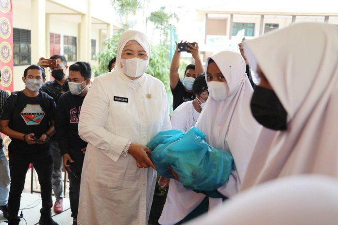 Wakil Gubernur Kepri, Marlin Agustina, mengunjungi vaksinasi pelajar di Madrasah Aliyah dan santriwan-satriwati pondok pesantren.