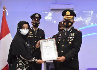 Penghargaan PPKM terbaik diberikan kepada Kelurahan Senggarang, Kecamatan Tanjungpinang Kota, Kota Tanjungpinang peringatan HUT ke-75 Bhayangkara secara virtual di command center Polres Tanjungpinang, Kamis (1/7/2021).