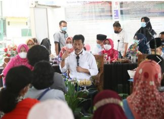 Wali Kota Batam Muhammad Rudi turun langsung berdialog dengan wali murid perihal persoalan Penerimaan Peserta Didik Baru (PPDB) di SMP Negeri 30 Batam, Jumat (2/7/2021).