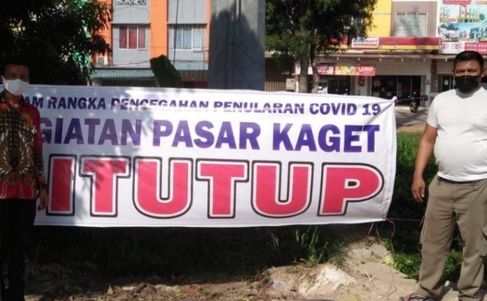Satpol PP dan Polsek Batuaji, Kota Batam, menutup kegiatan pasar kaget.