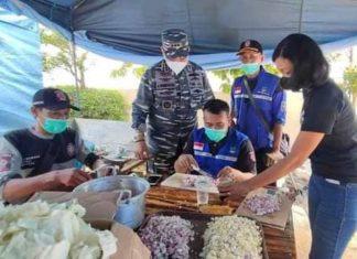 Aktivitas di dapur umum Tanjungpinang untuk meringankan beban pasien isoman Covid-19.